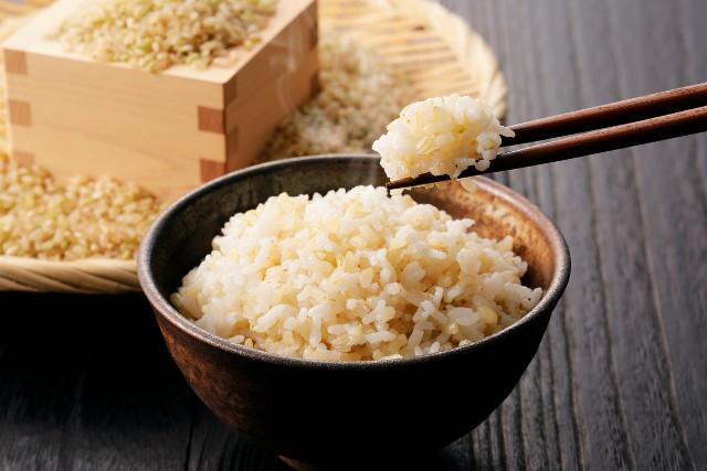玄米を食べる