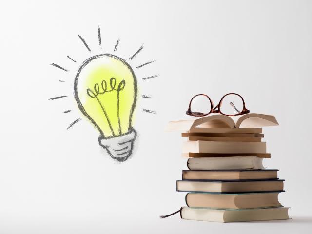 多くの本と電球