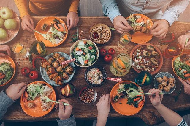 玄米や野菜など、ヘルシーな料理が並べられたテーブル